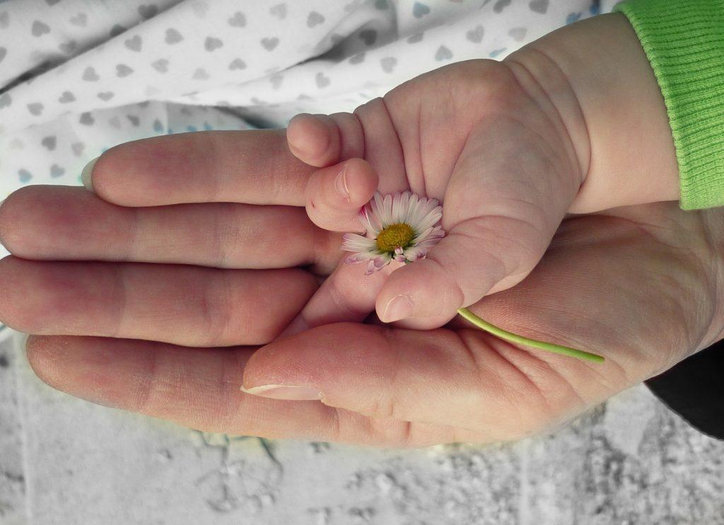 Contraste huellas manos bebé