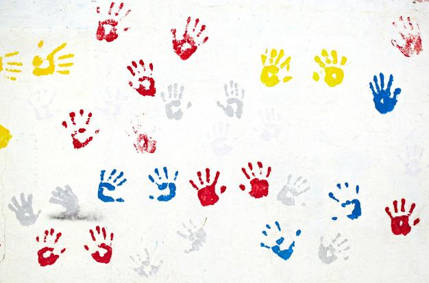 Huellitas de colores pintadas en la pared